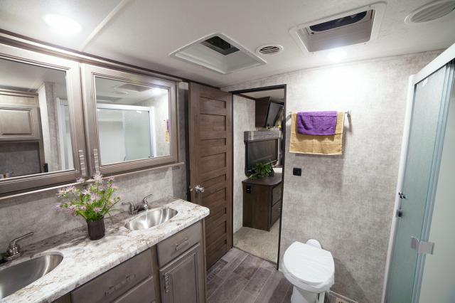 Fifth wheel with 2 bathrooms